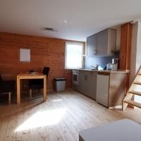 Blick von der Couch-Ecke auf Küche und Esstisch