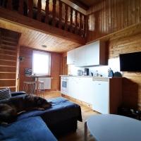 Blick von der Couch-Ecke zur Küche mit Essplatz